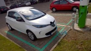 2014 Renault Zoe exterior front charging